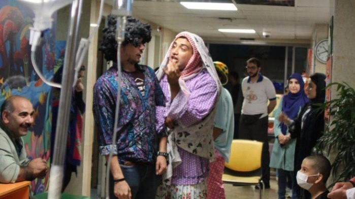 جوانان موسسه خیریه محمد حسین در کنار کودکان مبتلا به سرطان بیمارستان بهرامی